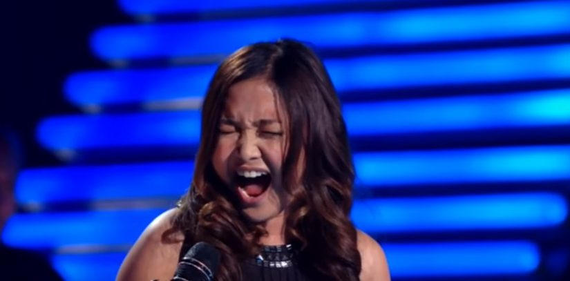 """A zongorista nem hisz a fülének mikor a lány az """"All by myself"""" című dalt adja elő"""
