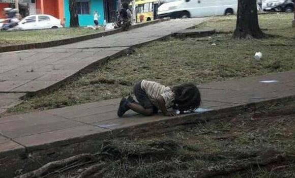 A koszos betonról állott vizet ivó kislány képe bejárja az egész világot