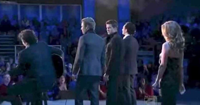 Ezek a tehetséges férfiak a Hallelujah dalt éneklik. Mikor észreveszik, ki figyeli őket hátulról, szóhoz sem jutnak: