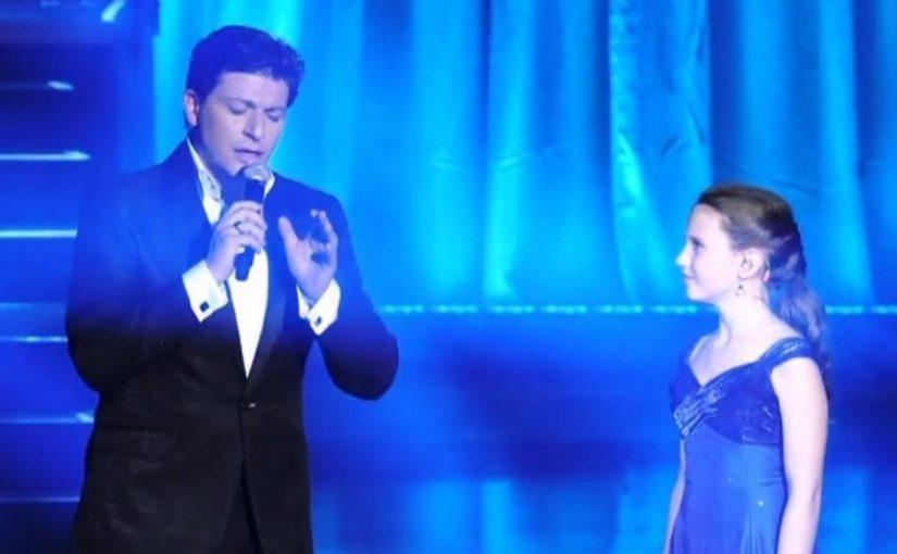 A híres énekes egy 12 éves lányt hívott a színpadra. Mikor a kislány énekelni kezdett, mindenki elnémult: